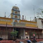Berhadapan Kuil hindu yang bersebelahan dengan Masjid