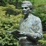 Detalle de la escultura dedicada a Ignacio Aldecoa.