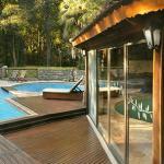 Deck con solarim y piscina exterior