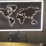 Weltkarte hinter der Rezeption