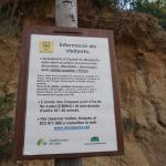 Cartel informativo al inicio de la pista forestal de acceso
