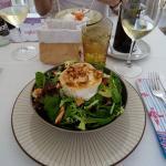 Salade au fromage de chèvre accompagnée d'un bon verre de vin blanc