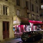 Exterior do restaurante, na rue Mabillon: cordeiro preparado por sete horas