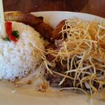 Arroz blanco, habichuelas negras, amarillos y bistec de lomillo