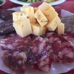 Salames y quesos de la tabla de entrada
