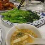 スープ、空芯菜炒め(他に比べて意外と高価)も美味しい