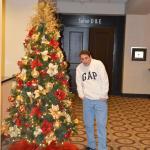 En el hall de ascensores, con el árbol de navidad .