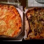 zwei frische pizzen