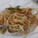 Tallarines, pollo con verduras y salsa de soja, arroz 3 delicias y pollo al curry