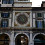 La Torre dell'Orologio con l'albergo sullo sfondo