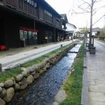 水路と木造の建物