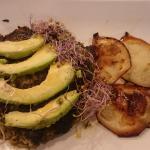Hambruguesa de legumbres y tofu , con germinados y aguacate