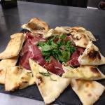 assiette conviviale Jambon de Parme et sa Focaccia huile d'olive et Romarin