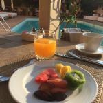 Café a manhã com muitas frutas