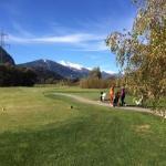 Golfplatz mit Blick auf die Berge