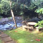 Desde la terraza de la tienda, el rio