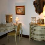 Honeymoon Suite Make-up table