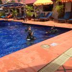 ホテルのプールサイド スキューバの練習