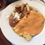 Omelete de Jamon con espinacas banado en salsa chipotle
