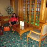 Zona de estar en planta baja muy cómoda , bellas alfombras y maderas lustrosas
