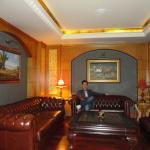 El estar con cómodos sillones estilo chesterfield de cuero, muy agradables!