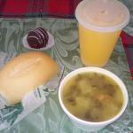 Caldo Gallego, Jugo de china fresco, pan y truffle (Muy bueno)