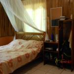 La chambre avec moustiquaire et rangements