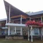 Aanzicht van het hotel vanuit de tuin gezien