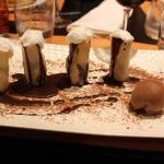 Croustillants de banane, sauce chocolat et chantilly
