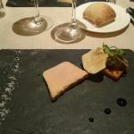 Terrine de foie gras de canard, méli-mélo de pommes, poires et raisins