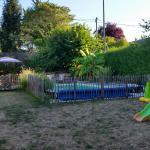 Zicht op zwembad en schommel/glijbaan