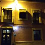 frente del hotel a la noche