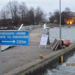 Мост на остров в зимнее время года и огни ресторана
