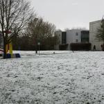 Freifläche zwischen Zimmern und Seminarräumen im leichten Schnee