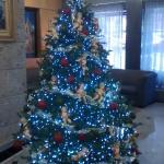 Linda árvore de Natal na recepção do hotel