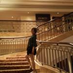 1ᆞ친절했던 호텔직원들 2ᆞ애들 뒷쪽으로 보이는  직접연주하는 음악 3ᆞ칵테일과 피자시켜먹으며  음악감상 4ᆞ영어를 무척잘했던 Tu 와  한컷 5ᆞ호텔이  왕실컨셉이
