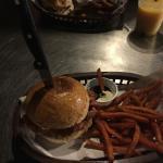 Super recomendo!! É um lugar onde os locais vão para comer Hambúrguer. Comi um de bacon e frango