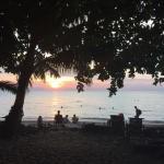 Couché du soleil formidable , bungalow qui a du charme sur belle plage mais mais véritable déchè