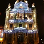 Ayuntamiento de Pamplona de noche con decoracion de navidad.
