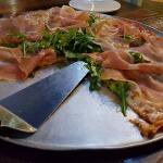 Pizza with prosciutto crudo, rocket leaves and figs
