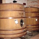 Barris com o vinho envelhecendo