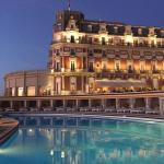 Vue de l'hôtel depuis la piscine en début de soirée