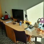 Schreibtisch mit Minibar, TV, Kaffeekapselmaschine und Telefon