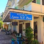 The entrance of Lanta MP Place Guesthouse.