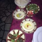 mezze froids : caviar d'aubergine fumé, houmous, salade, feuilles de vigne farcies