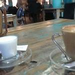 Café en una tarde fría de diciembre. Buen momento para una cálida mesa para dos.