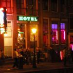 Frente del hotel de noche