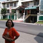 ada rumah makan di depan hotel Surya Asia