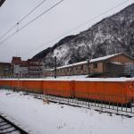 宇奈月温泉駅 欅平までのトロッコ列車は冬期運休の為カバー掛けられてます。