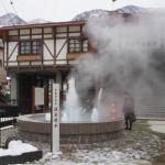駅前には温泉の噴水があり湯気がもうもうとしてます。